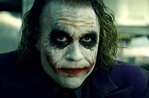 Qui est-ce qui joue le rôle de Joker sur la photo ?