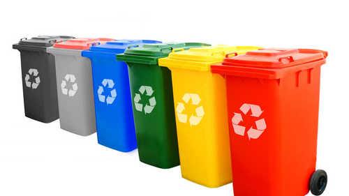 De quelle couleur est la poubelle où on doit jeter le verre ?
