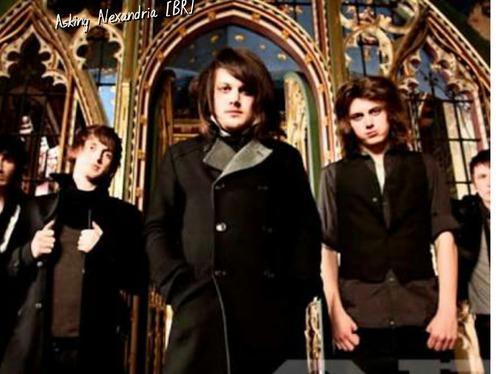 No início da banda Danny Worsnop entrou na banda porque ?
