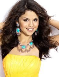 Quel est la couleur des cheveux de Selena ?