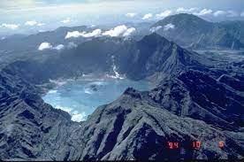 Quelle quantité de cendres et de lave le Pinatubo, aux Philippines, a-t-il éjecté lors de son éruption en 1991 ?