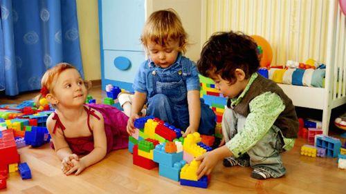 As crianças bem pequenas da imagem estão realizando um...