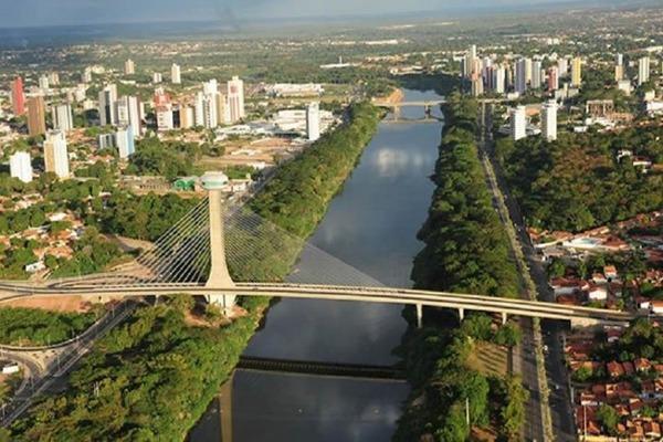 Onde se localiza o estado do Piauí e em quantos municípios se subdivide?