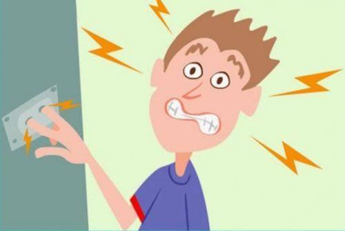 A respeito dos primeiros socorros em caso de choque elétrico é correto afirmar que se deve :