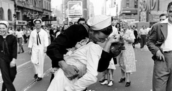 Un marinaio che bacia una giovane donna, il 14 agosto 1945. In quale città è stata scattata questa foto?