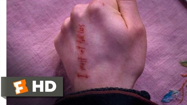 Quelle phrase est gravée dans la main de Harry pendant sa retenue avec le professeur Ombrage ?