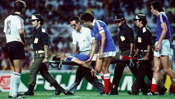 Patrick Battiston est évacué sur une civière. Quel joueur français va le remplacer ?