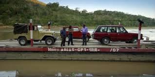 Dans l'épisode en Bolivie, qui conduit un Toyota Land Cruiser beige ?