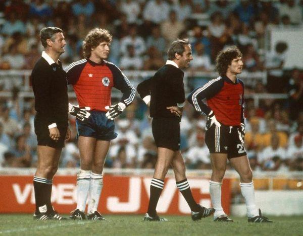 Ce match se terminera donc par une séance de tirs aux buts ce qui est à l'époque une première dans une Coupe du Monde.