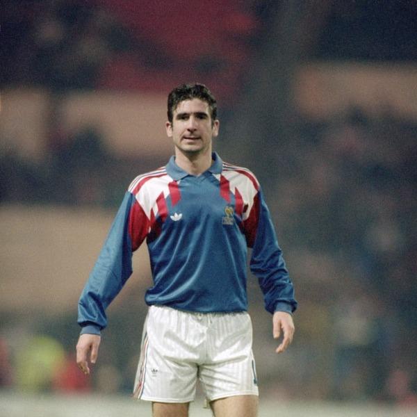 Lors du dernier match de ces éliminatoires, la France reçoit l' Islande. Combien de buts Eric Cantona inscrit-il dans ce match ?