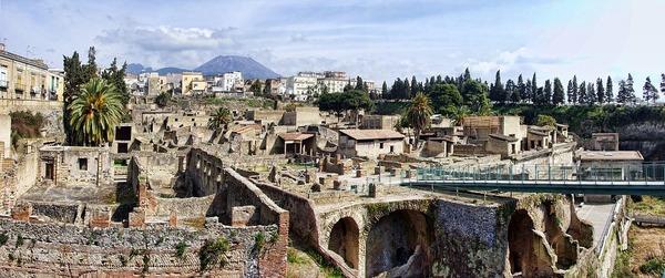 Quel est le nom de l'autre ville engloutie, comme Pompéi, par l'éruption du Vésuve en 79 ap. J.-C. ?
