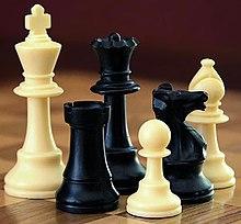 Aux échecs , combien de pièces possède chaque joueur ?