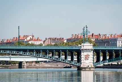 Combien de ponts et passerelles compte la ville ?