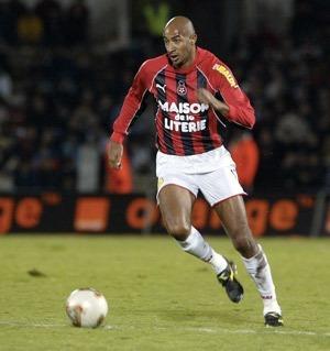 Ce défenseur malien a porté le maillot niçois au début des années 2000, il s'agit de ?