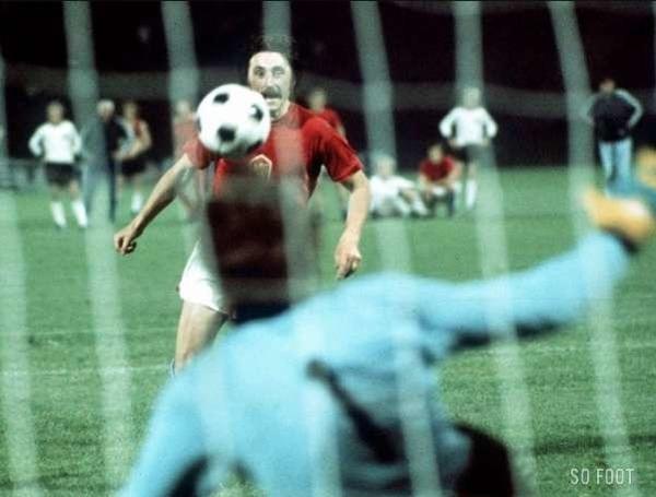 Lors des tirs aux buts de la finale 1976, ce tchécoslovaque va donner son nom à sa réalisation, il s'agit de ?