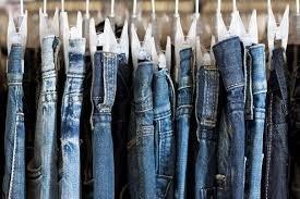 De quelle ville serait originaire la toile qui sert à fabriquer les jeans ?