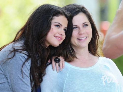 Qui est à côté de Selena ?