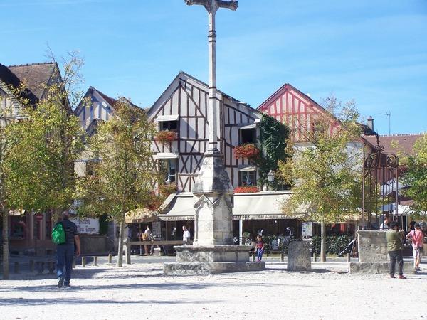 Cette petite ville est célèbre pour ses remparts médiévaux, classés au patrimoine mondial ?