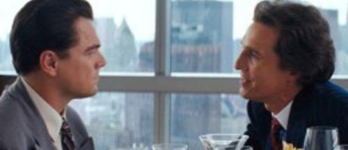 Dans Le loup de Wall Street, qu'apprend à faire dans cette scène Leonardo DiCaprio pour tenir bon ?