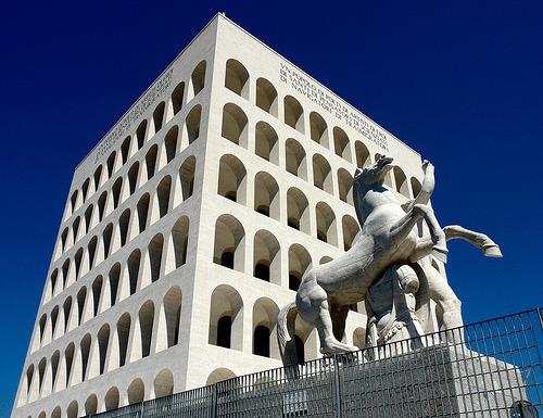 Il palazzo della civiltà che si trova nel quartiere dell'EUR è un monumento fascista che fa riferimento ai monumenti