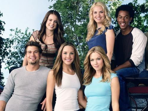 Dans la série Ce que j'aime chez toi, combien d'années séparent Valérie et Holly Tyler ?