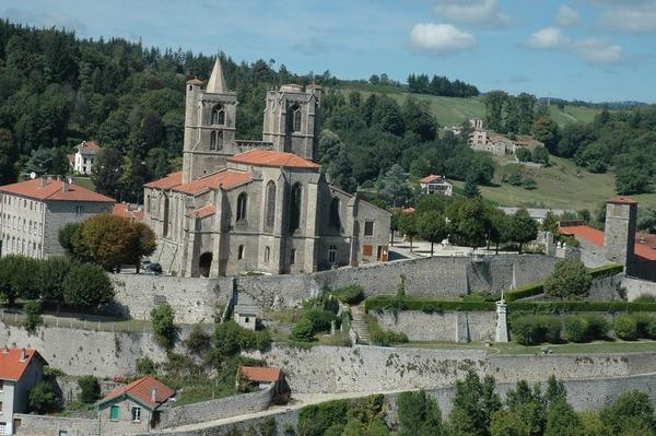 Dans quel département se trouve la ville fortifiée de Saint-Bonnet-le-Château ?