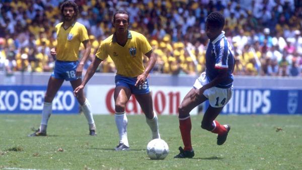 A la 73e minute, le Brésil obtient un penalty. Quel joueur français commet la faute ?