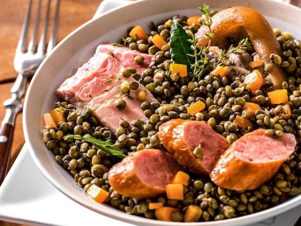 Pour préparer un petit salé aux lentilles, il faut de la viande de porc demi-sel, des saucisses à cuire, des lentilles et…