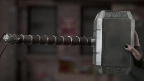 De quelle matière est fait le marteau de Thor, Mjolnir ?