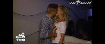 Qui embrasse Adixia ?