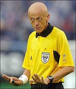 """Sur quelle boite de """"Pro évolution Soccer"""" apparaît seul l'arbitre Pierluigi Collina ?"""