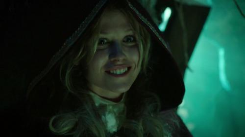 Qual é o reino natal de Alice (Rose Reynolds)?