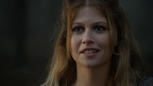 Quem são os pais biológicos de Alice (Rose Reynolds)?