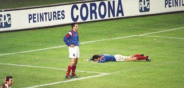 A la dernière minute du match, le pire arrive. Quel bulgare crucifie les bleus d'une frappe sous la barre ?