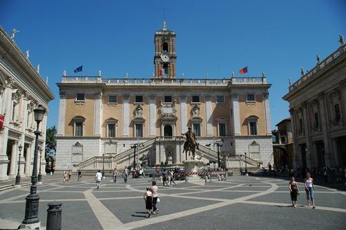 Questo piazza si trova su una delle 7 colline di Roma . Qual è?