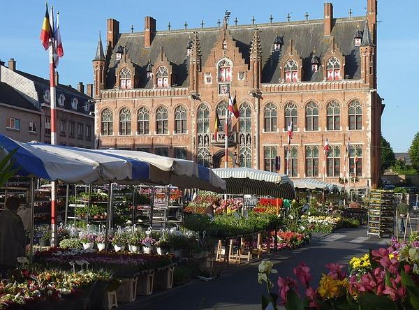 Pour quelle activité la ville de Mouscron, en Belgique, a-t-elle occupé une place prépondérante ?