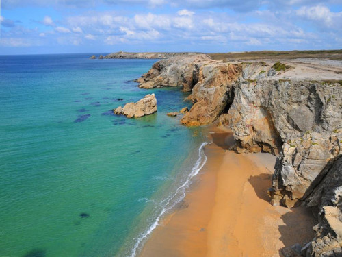 Sur quelle côte se situe la station balnéaire de Quiberon ?
