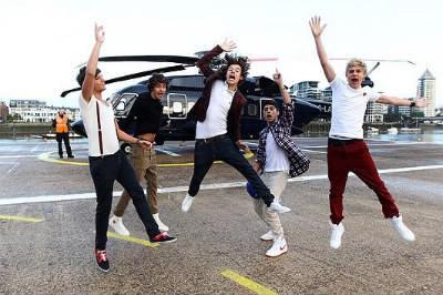 Avec quel chanteur célèbre les One Direction ont-ils chanté à X-Factor ?