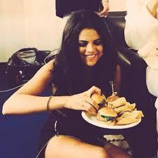 Selena Gomez en çok hangi yiyeceği sever ?