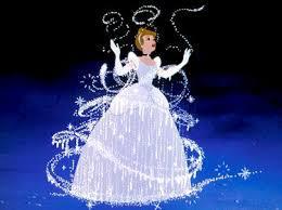 Les méchantes soeurs de Cendrillon déchirent la robe de cette dernière. Qui vient en aide à Cendrillon après cela ?