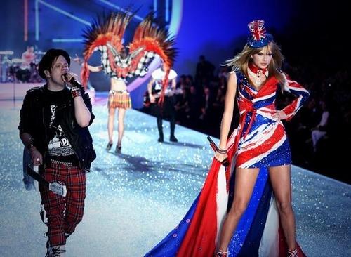 Taylor  ''Victorya Secret Fashion Show''  hangi grupla şarkı  söyledi ?