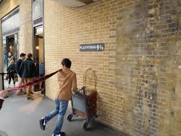 Pour traverser le mur qui l'emmènera à la gare, où doit se rendre Harry ?