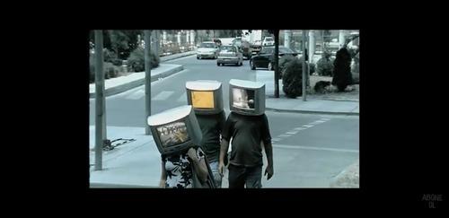 """Kenan Doğulu'nun 2007'de çıkardığı,klibinde """"Televizyon Kafalı İnsanlar"""" figürünü kullandığı şarkısı hangisidir?"""
