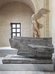 """Que manque-t-il à la """"Victoire de Samothrace"""", statue imposante exposée au musée du Louvre ?"""