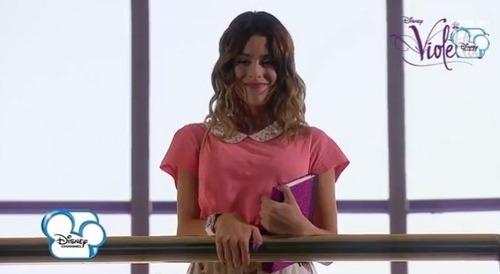 Que fait Violetta à la fin de l'épisode ?
