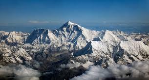L'Everest la plus grande montagne qui mesure 8848m dans la chaîne de l'Himalaya se situe entre.........