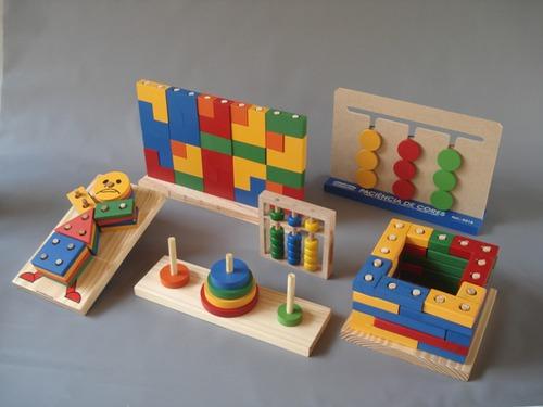 Os materiais apresentados na imagem possibilitam que as crianças realizem...