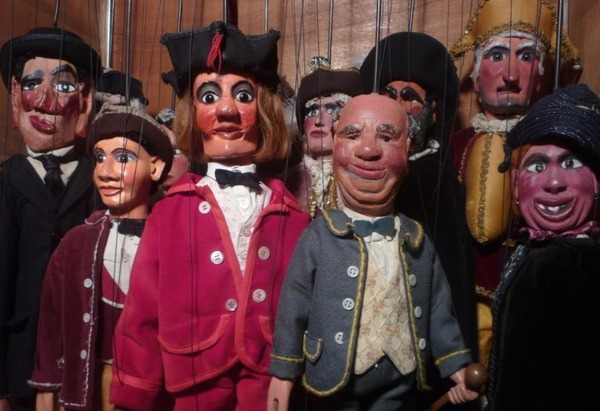 Ils sont des personnages des Cabotans, les marionnettes traditionnelles picardes. Trouvez l'intrus :