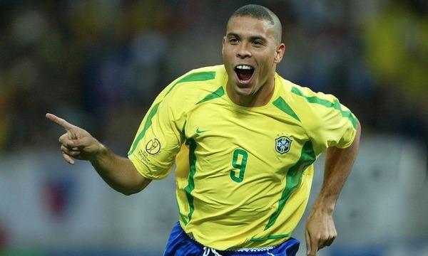En finale 2002, Ronaldo offrira le trophée au Brésil en inscrivant un doublé contre :