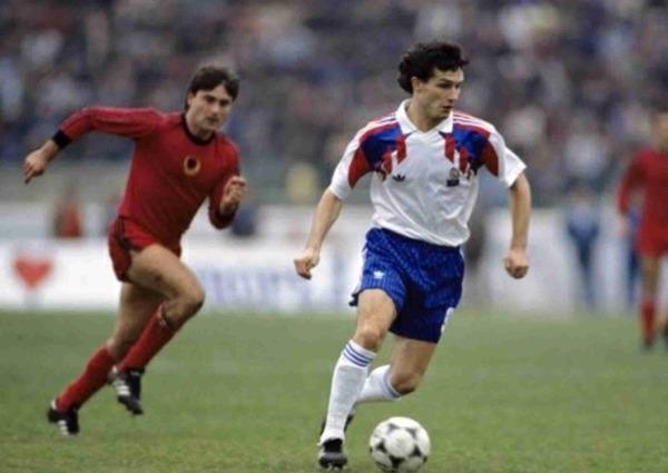 Le 17 novembre 1990, l'équipe de France s'impose 1-0 en Albanie. Qui est le seul buteur du match ?